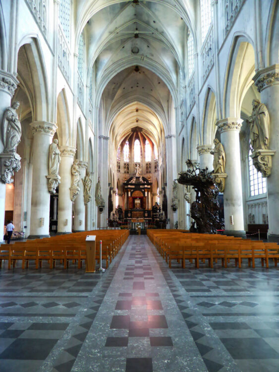 Het interieur van de Sint-Romboutskathedraal van Mechelen